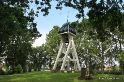 De klokkenstoel van Teroele met de 375 kilo zware klok. Vroeger stond hier een kerkje, dat in 1723 is afgebroken.