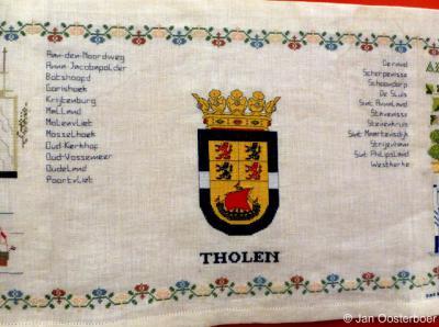 Tholen, merklap uit 2000 in Museum De Meekrap in Sint Annaland, met het wapen van de gemeente Tholen, plus alle plaatsnamen in deze gemeente.
