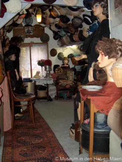 Tinte herbergt o.a. Museum In den   Halven Maen, het kleinste museum   van Voorne-Putten, maar wel met   heel veel nostalgische spullen,   waaronder deze hoedenzolder met   honderden hoeden.
