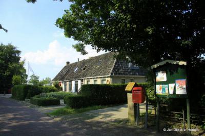 In het kleine dorp Tirns zijn ook de voorzieningen klein; zo heeft het dorp een minibrievenbus en, sinds september 2018, een minibieb (zie daarvoor het kopje Links).