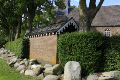 De kerk van Tjerkgaast lag in een ver verleden aan een haven, met de keien als oeverbescherming.