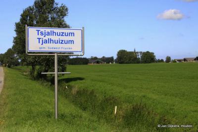 In de verte zien we de toren van Tjalhuizum