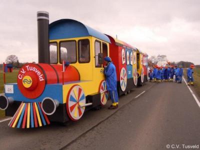 De buurtschap Tusveld heeft een eigen carnavalsvereniging en doet jaarlijks mee met de carnavalsoptochten in Bornerbroek en Zenderen. Hier de carnavalswagen van 2011.