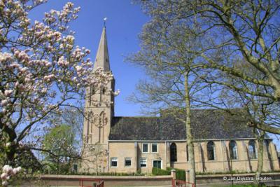 De Hervormde kerk in Twisk in het voorjaar