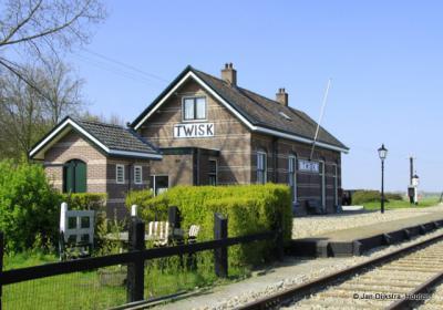 In Twisk aangekomen, helaas niet met de trein. Het fraaie oude station van de spoorlijn Hoorn-Medemblik is gelukkig bewaard gebleven en is nu station van de museumstoomtram Hoorn-Medemblik.