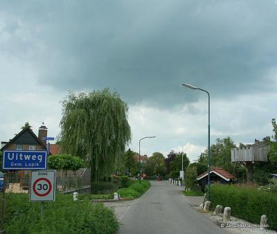 Uitweg is een grote buurtschap met een kern en daarom een bebouwde kom, met 30 km-zone. Je zou het ook als een klein dorpje kunnen beschouwen, maar voor de post valt het onder het dorp Lopikerkapel.