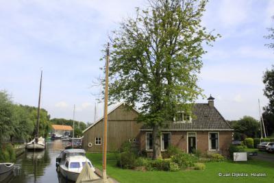 Te midden van de Friese meren is Uitwellingerga uitgegroeid tot een flink watersportcentrum.