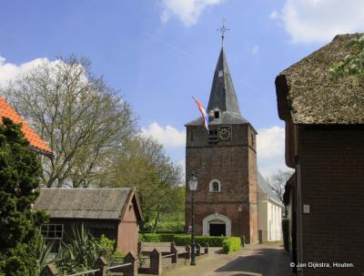 Doorkijkje naar de kerk van Uitwijk met vlag.