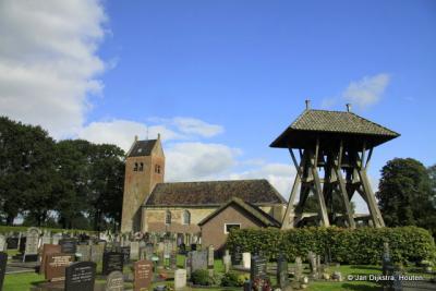 De prachtige Sint Petruskerk, met op de begraafplaats een klokkenstoel