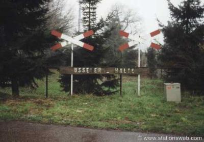 Usselo, tot enkele jaren geleden stond er dit monumentje ter herinnering aan de stopplaats Usselo aan de lijn Boekelo-Enschede, die hier was van 1886-1932. Mogelijk is het door onderhoud aan de bermen verwijderd. Hopelijk wordt het weer teruggeplaatst.