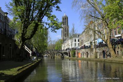 De stad Utrecht, met zijn 2 beroemdste objecten; de Oudegracht en de Domtoren.
