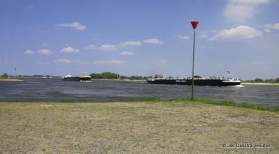 Scheepvaart op de Waal bij Varik