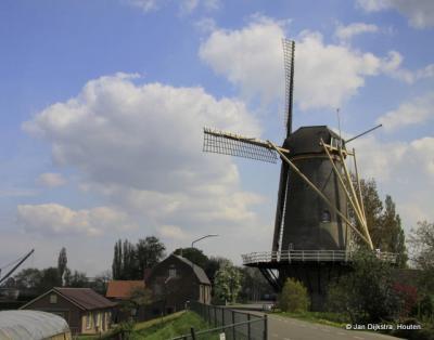 Trots staat Molen De Hoop op de dijk in Veen.