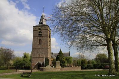 De hervormde kerk van Veen in de voorjaars zon.