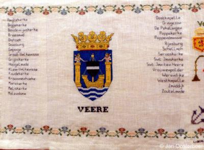Veere, merklap in Museum De Meestoof in Sint Annaland met het gemeentewapen van Veere plus alle plaatsnamen in de gemeente Veere.