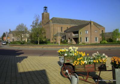 De RK kerk van Venhuizen in de voorjaarszon