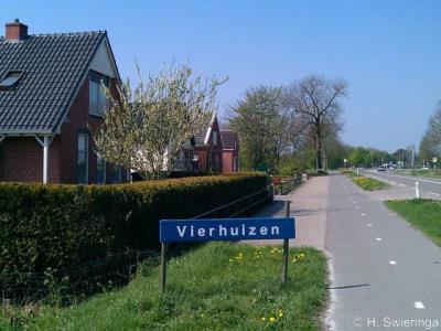 Vierhuizen, de hele buurtschap op de foto, met door de inwoners zelf vervaardigd plaatsnaambord