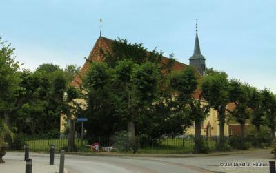 De Hervormde kerk van Visvliet verscholen in de bomen.