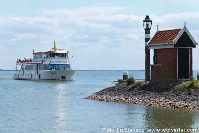 """Volendam, Noord Holland, de veerboot """"Jan Smit"""" voor de haven"""