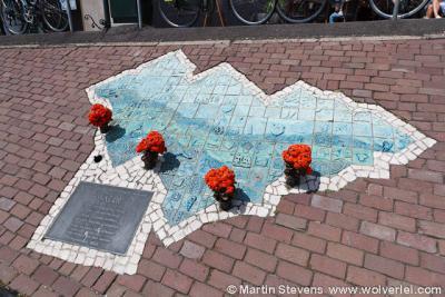 """Volendam, Noord Holland, de Dijk, het monument ter nagedachtenis van de brand in """"het Hemeltje"""""""