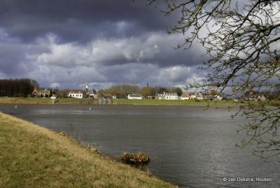 Vreeswijk, gezien over de rivier de Lek, vanuit Vianen