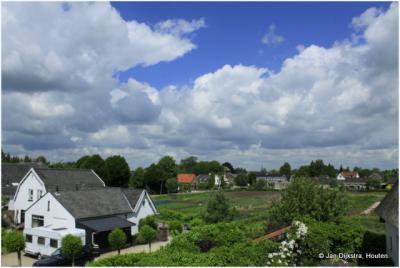 Het dorp Waardenburg gezien vanaf de Waalbandijk.