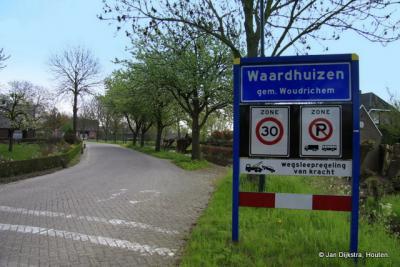 Waardhuizen is een dorp in de provincie Noord-Brabant, in de regio West-Brabant, en daarbinnen in de streek Land van Heusden en Altena, gemeente Altena.