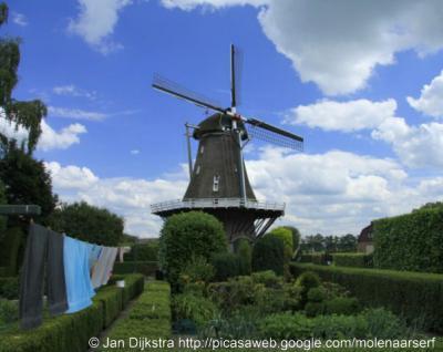 Walderveen is bekend van de Walderveense Molen. De huidige molen dateert uit 1912 en heeft diverse voorgangers gehad.