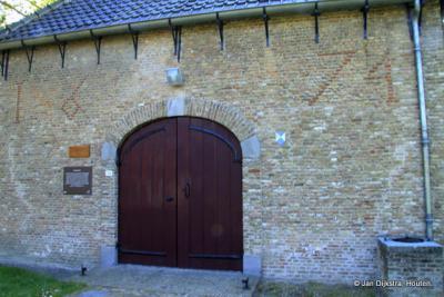Bijzonder is het metselteken aan de kerk van Waterlandkerkje