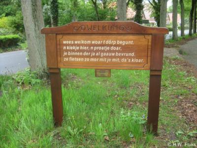In Wedde wordt u bij de diverse toegangen tot het dorp met telkens een ander gedichtje in het Gronings welkom geheten.