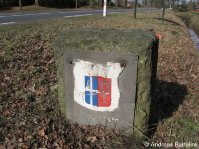 Tussen Oldenzaal en Rossum staat langs de grote weg op de gemeentegrens nog een oude grenssteen met wapen van de voormalige gemeente Weerselo.