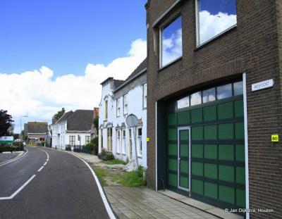 Weijland is een grote, langgerekte buurtschap, met lintbebouwing grotendeels aan de N zijde en deels ook aan de Z zijde van de gelijknamige weg.