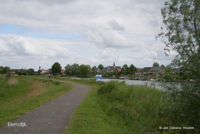 In de verte Eemdijk, gezien over rivier de Eem