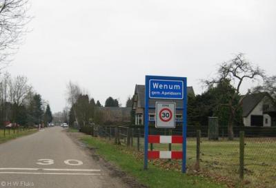 Wenum heeft, in tegenstelling tot Wiesel, officiële blauwe plaatsnaamborden (komborden) en is een 30km-zone.