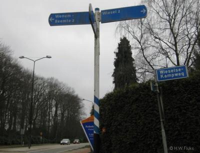 Wenum en Wiesel zijn niet echt aan elkaar gegroeid, daarom worden ze ter plekke nog wel apart aangegeven.