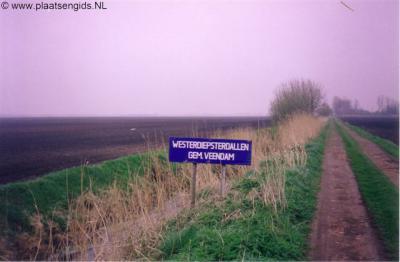 Westerdiepsterdallen, de gemeente Veendam bleek niet bereid om te voorzien in een plaatsnaambord voor dit unieke mini-buurtschapje, toen heeft men dit zelf maar vervaardigd...