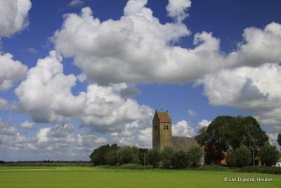 De Bartholomeuskerk met een toren uit de 13e eeuw in Westhem