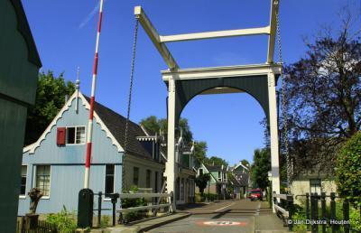 Westzaan, brug over de Weelsloot, waar de J.J.Allanstraat, in de gelijknamige buurtschap, overgaat in de weg Kerkbuurt.