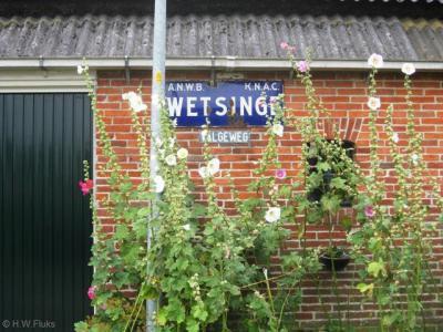 Wetsinge, aan de Valgeweg te Klein Wetsinge bevindt zich nog een oud plaatsnaambord Wetsinge op een pand. Tegenwoordig hebben Groot Wetsinge en Klein Wetsinge echter beide blauwe plaatsnaamborden (komborden) met hun eigen naam erop.