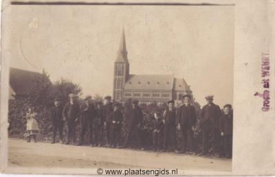 Weurt, kerk met poserende jeugd, zeldzame fotokaart, verzonden in 1912.