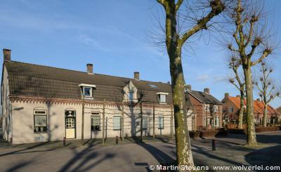 Niet te hard door Wijbosch heen rijden of lopen, want tussen de modernere bebouwing zie je hier en daar nog fraaie, markante, oudere panden, zoals deze.