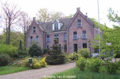 Het voormalige fabrieksgebouw op Koningin Wilhelminalaan 20 in Wilhelminaoord is in 1900 gebouwd en heeft oorspronkelijk de functie van mandenmakerij en mattenmakerij. Later is het gebouw als katoenweverij ingericht.