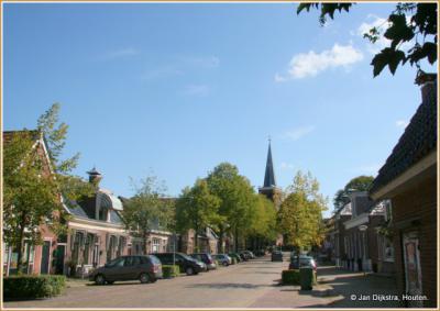 Jammer, het mooie dorp Wirdum staat vol met auto's...