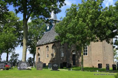 De kerk van Wjelsryp in de bomen