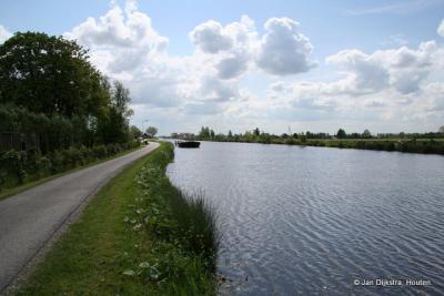 Woerdense Verlaat, riviertje de Grecht, met schuit met grond die kan worden ingevaren bij een dijkdoorbraak.