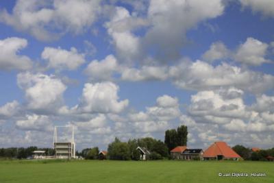 Onder een mooie wolkenlucht zien we Wolsumerketting