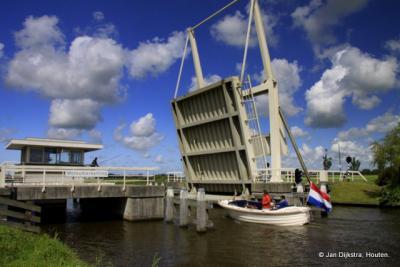 De fotograaf treft het tijdens zijn wandeltocht; de brug over de Wijmerts in buurtschap Wolsumerketting staat open, dus hij kan de brug mooi 'in actie' op de foto zetten.