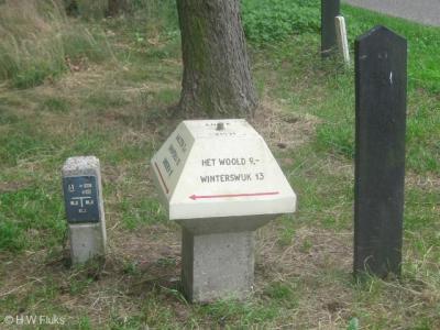 Op de ANWB-paddenstoelen staat de volksmond-naam Het Woold aangegeven (formeel is de naam zonder voorvoegsel)