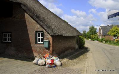 Ze komen het plastic halen vandaag in Wordragen niet ver van Ammerzoden.