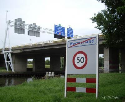 """Wormerland is alleen een in 1991 ontstane gemeentenaam en geen plaatsnaam. Toch verlaat men hier volgens dit bord, ter hoogte van afrit 4 of 5 van de A7, de """"plaats"""" Wormerland. O.i. zou hier Neck moeten staan, als dichtstbijzijnde dorp in deze gemeente."""